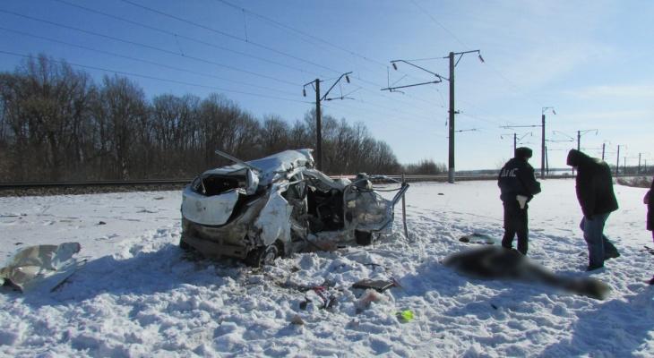 Под Рязанью поезд протаранил легковой автомобиль