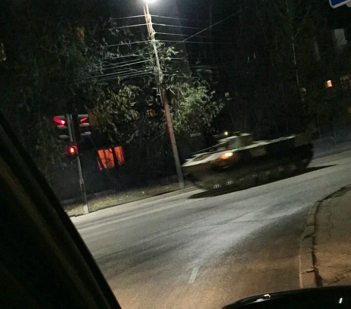 Рязанский водитель снял ночной перегон танков